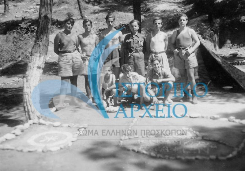 Ο θάνατος του ιδρυτή, οι παράνομες δράσεις των Ελλήνων προσκόπων κατά την Γερμανική Κατοχή, η ανασύσταση Συστημάτων μετά την Απελευθέρωση, οι πρώτες σχολές εκπαίδευσης βαθμοφόρων και ο επηρεασμός του εμφυλίου πολέμου.